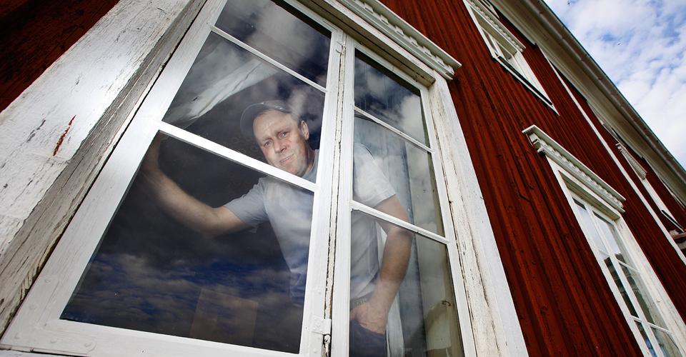 Per visar gamla fönster som han restaurerat på en Hälsingegård