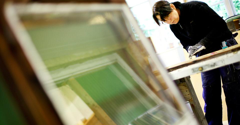 Annine är specialiserad på restaurering av gamla fönster